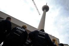 Полицейские у телебашни в Берлине 9 июля 2014 года. Немецкий таблоид Bild сообщил во вторник, что вооруженный человек выстрелил в медика и в себя в университетской клинике в столичном районе Штеглиц. REUTERS/Thomas Peter