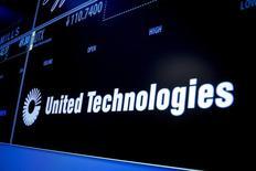 Le groupe industriel américain United Technologies a publié mardi des résultats meilleurs que prévu au titre du deuxième trimestre et relevé la limite basse de sa fourchette de prévisions pour l'ensemble de l'année. /Photo d'archives/REUTERS/Brendan McDermid  - RTX1L2VN