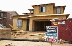 """Una casa en construcción con un cartel de """"vendida"""" en Denver, Colorado, Estados Unidos. 18 de agosto de 2015. Los precios anualizados de casas unifamiliares en Estados Unidos subieron menos de lo esperado en mayo y registraron una caída con respecto al mes anterior, mostró un sondeo el martes.  REUTERS/Rick Wilking"""
