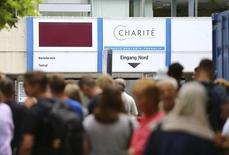 """Люди у берлинской клиники 26 июля 2016 года. Пациент убил врача в престижной университетской клинике в столице Германии во вторник, а затем застрелился, сообщила полиция, которая не обнаружила """"никаких признаков"""" связи с терроризмом.  REUTERS/Hannibal Hanschke"""