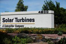 Логотип  Caterpillar и ее дочерней компании Solar Turbines  в Сан-Диего. Caterpillar Inc во вторник отчиталась о снижении чистой квартальной прибыли и ухудшила годовой прогноз продаж, так как ослабление глобальной экономики и устойчивая политическая неопределенность давят на продажи нового оборудования.  REUTERS/Mike Blake
