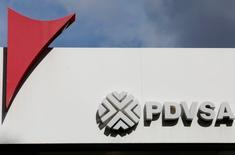El logo de la petrolera estatal venezolana PDVSA, vista en una de sus gasolineras en Caracas. 21 de julio de 2016. En agosto del 2015, la estatal Petróleos de Venezuela (PDVSA) hizo pública una de sus mayores licitaciones en los últimos años: un multimillonario proyecto en la Faja del Orinoco, el mayor reservorio de crudo del mundo, diseñado para apuntalar su declinante producción. REUTERS/Carlos Jasso