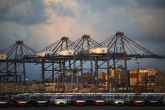 Vehículos y contenedores en el puerto mexicano de Lázaro Cárdenas, nov 20, 2013. Las exportaciones de México repuntaron un 6.1 por ciento en junio, sostenidas en un fuerte avance de las manufacturas no automotrices, que van mayoritariamente a Estados Unidos, mostraron cifras de la balanza comercial difundidas el martes.  REUTERS/Edgard Garrido
