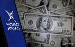 Logo do escritório panamenho de advocacia Mossack Fonseca ao lado de notas de dólar.       11/04/2016       REUTERS/Dado Ruvic/Illustration
