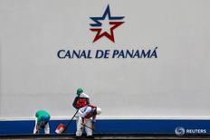 Trabajadores son vistos debajo del logo del Canal de Panamá, un día antes de la inauguración de la expansión de la vía de transporte en Ciudad de Panamá, 25 de junio de 2016. La Autoridad del Canal de Panamá (ACP) sólo ha registrado un incidente en el primer mes de operaciones del tercer juego de esclusas y fue ocasionado por clima adverso, dijo el jueves el jefe de la vía interoceánica. REUTERS/Alberto Solis