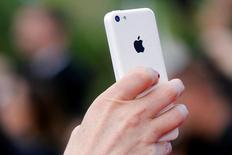 Apple Inc vendió más iPhones que lo que esperaba Wall Street en el tercer trimestre fiscal y pronostica ingresos en el actual trimestre que superarían las estimaciones de muchos analistas, aplacando temores a que la demanda por el producto más importante de la compañía haya tocado su techo. En la imagen, una persona usa su iPhone en Cannes, el 12 de mayo de 2016. REUTERS/Regis Duvignau/File Photo