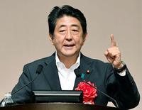 Синдзо Абэ произносит речь в Фукуока, Япония.  Премьер-министр Японии Синдзо Абэ объявил в среду о неожиданно большой программе стимулов на сумму $265 миллиардов, чтобы поддержать третью по величине в мире экономику. Mandatory credit Kyodo/via REUTERS