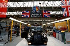 Un trabajador revisa un vehículo al final de la línea de producción de la compañía London Taxi, en Coventry, Inglaterra. 11 de septiembre de 2013. La economía británica aceleró su ritmo de crecimiento en un segundo trimestre que concluyó con la votación a favor de abandonar la Unión Europea, apoyada por el mayor repunte de la producción industrial desde 1999, según datos oficiales publicados el miércoles. REUTERS/Darren Staples/File Photo
