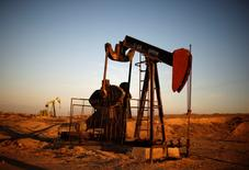 Una unidad de bombeo de crudo en Bakersfield, EEUU, oct 14, 2014. Los inventarios de petróleo en Estados Unidos subieron la semana pasada por primera vez desde mediados de mayo debido a un declive de la utilización de refinerías y a un aumento de las importaciones, dijo el miércoles el Departamento de Energía de Estados Unidos.  REUTERS/Lucy Nicholson