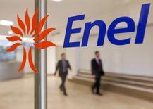 Personas caminan detrás de una imagen del logo de la italiana Enel en su casa matriz en Roma, 11 de noviembre de 2014. REUTERS/Tony Gentile/Foto de archivo