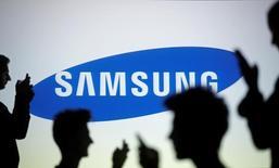 Samsung Electronics anticipe de solides résultats au second semestre, la croissance de la demande de composants contribuant à compenser les pressions qui grèvent les marges dégagées sur les ventes de smartphones. /Photo d'archives/REUTERS/Dado Ruvic