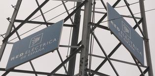 El grupo de transporte de electricidad Red Eléctrica  dijo el miércoles que su beneficio bruto de explotación (EBITDA) subió un 1,9% por ciento en el primer semestre hasta los 754,4 millones de euros, en unas cifras que se apoyaron en el control del gasto. En la imagen de archivo, se ven logos de Red Eléctrica en una torre de alta tensión en Alcobendas, en las afueras de Madrid, el 9 de marzo de 2016. REUTERS/Sergio Pérez - RTSA6U7