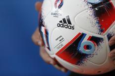 Футбольный мяч с логотипом Adidas. Немецкий производитель спортивных товаров Adidas повысил прогноз на 2016 год в четвертый раз в этом году, отчитавшись о 21-процентном росте продаж во втором квартале, чему, среди прочего, способствовали хорошие продажи в дни матчей чемпионата Европы по футболу во Франции. REUTERS/Carl Recine