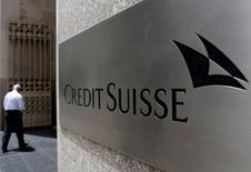 Un hombre entrando a las oficinas de Credit Suisse en Nueva York, Estados Unidos. 5 de julio de 2016. El banco suizo Credit Suisse reportó el jueves una ganancia neta de 170 millones de francos suizos (172,6 millones de dólares) en el segundo trimestre, confundiendo las expectativas de los analistas que esperaban un tercer trimestre consecutivo de pérdidas. REUTERS/Brendan McDermid/File Photo