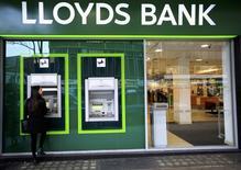 Una mujer utiliza un cajero automático en una sucursal de Lloyds Bank, en Londres. 25 de febrero de 2016. Lloyds Banking Group dijo el jueves que acelerará su plan de reducción de costos para ayudar a compensar un entorno económico más complejo y una probable disminución en la demanda de crédito tras la decisión de Reino Unido de salir de la Unión Europea. REUTERS/Paul Hackett/File Photo