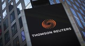 Логотип Thomson Reuters на здании на Таймс Сквер в Нью-Йорке. Компания Thomson Reuters Corp отчиталась о квартальной прибыли, не изменившей динамики к предыдущему кварталу без учёта колебаний валютных курсов, и подтвердила годовой прогноз продаж.    REUTERS/Carlo Allegri