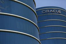 """Oracle, géant des progiciels, rachète NetSuite, fournisseur de services informatiques dématérialisés (""""cloud""""), dans une opération d'environ 9,3 milliards de dollars (8,4 milliards d'euros). /Photo d'archives/REUTERS/Robert Galbraith"""