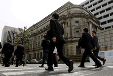 Personas caminan cerca del Banco de Japón, en Tokio. 23 de marzo de 2016. El Banco de Japón enfrentaba el jueves una creciente presión para que expanda su programa de estímulos al final de su reunión de política monetaria de dos días, luego de que el ministro de Economía pidió al organismo que trabaje con el Gobierno en los esfuerzos por reanimar la estancada economía del país. REUTERS/Toru Hanai/File Photo