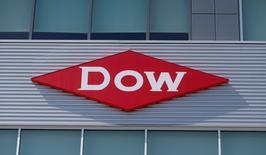 Dow Chemical a publié jeudi un bénéfice trimestriel meilleur que prévu, soutenu par la croissance de ses activités à fortes marges, ainsi que par des réductions de coûts. /Photo d'archives/REUTERS/Rebecca Cook
