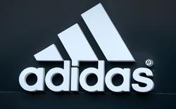 The logo of Adidas logo is seen on ta store in Yerevan, Armenia, June 23, 2016. El logo de Adidas en una tienda en Yerevan, Armenia. 23 de junio de 2016. El fabricante alemán de artículos deportivos Adidas elevó por cuarta vez este año sus previsiones para el 2016 luego de reportar un incremento de 21 por ciento en las ventas del segundo trimestre, impulsado, entre otros factores, por la celebración de la Eurocopa en Francia. REUTERS/David Mdzinarishvili