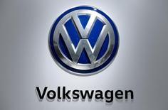El logo de la automotora alemana Volkswagen en Hanover. 25 de abril de 2016. El grupo alemán Volkswagen se convirtió en la automotriz con mayor volumen de ventas a nivel mundial en los primeros seis meses del 2016 a pesar del escándalo por las emisiones de gases de sus vehículos a diésel, luego de superar a Toyota Motor, que reportó una caída en la facturación durante el primer semestre. REUTERS/Wolfgang Rattay/File Photo