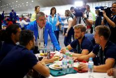 Presidente do COI, Thomas Bach, cumprimenta atletas na Vila Olímpica  28/7/2016 REUTERS/Ivan Alvarado