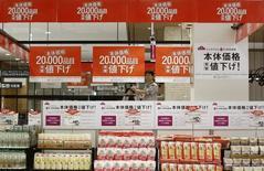 Les prix à la consommation japonais ont accusé en juin leur recul le plus net depuis 2013. L'indice d'inflation de base, qui inclut les produits pétroliers mais exclut les produits alimentaires frais, a reculé de 0,5%. /Photo d'archives/REUTERS/Yuya Shino