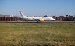 El holding de aerolíneas IAG obtuvo un beneficio operativo recurrente de 710 millones de euros en el primer semestre de 2016 frente a un saldo positivo de 555 millones de euros en el mismo periodo del año anterior. En la imagen, un avión de Vueling en el aeropuerto de Fiumicino en Roma, el 19 de abril de 2016. REUTERS/Tony Gentile