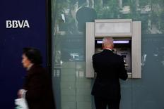 Un hombre en un cajero de BBVA en Madrid, el 30 de abril de 2014. El banco español BBVA reportó el viernes un aumento de un 58 por ciento en su utilidad neta del segundo trimestre frente a los tres meses anteriores, superando el pronóstico de los analistas gracias a unos ítems extraordinarios y menores provisiones contra préstamos morosos. REUTERS/Susana Vera