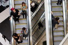 Personas usando las escaleras mecánicas de un centro comercial en Los Ángeles, California. 8 de noviembre de 2013. El crecimiento de la economía de Estados Unidos probablemente se aceleró en el segundo trimestre gracias a un gasto sólido de los consumidores, lo que habría contrarrestado una acumulación moderada de inventarios y la debilidad en las exportaciones. REUTERS/David McNew/File Photo