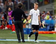 Meia alemão Bastian Schweinsteiger deixando campo após partida.      07/07/2016    REUTERS/Kai Pfaffenbach