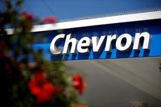 Chevron a annoncé vendredi, au titre de la période avril-juin, sa perte trimestrielle la plus marquée depuis 2001, la deuxième compagnie pétrolière américaine pâtissant à la fois d'une rechute des cours du brut et d'une baisse des revenus tirés du raffinage. /Photo d'archives/REUTERS/Lucy Nicholson