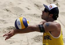 Bruno Schmidt durante jogo na praia de Copacabana no Rio. 4/9/2015.  REUTERS/Sergio Moraes
