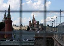 El servicio de inteligencia de Rusia dijo el sábado que las redes de ordenadores de 20 organizaciones, incluyendo agencias estatales y las empresas de defensa, se han infectado con software espía en lo que describió como un ataque dirigido y coordinado. En la imagen, el Kremlin visto desde unas vallas de construcción, en Moscú, Rusia, 1 de julio de 2016.  REUTERS/Maxim Zmeyev/File Photo