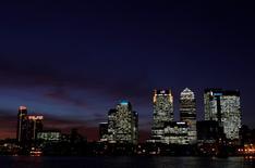 La confianza empresarial británica se hundió inmediatamente después de la votación del 23 de junio para abandonar la Unión Europea, recuperando algo de terreno posteriormente, pero de todas formas mostró un fuerte descenso en comparación al período previo, dijo el lunes un organismo de la industria. Vista general del distrito financiero londinense de Canary Wharf, el 12 de enero de 2012. REUTERS/Eddie Keogh