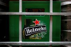 Контейнер с пустыми бутылками из-под пива Heineken у ресторана в Сингапуре. Третья крупнейшая в мире пивоваренная компания Heineken в понедельник отчиталась об операционной прибыли за первое полугодие, немного превысившей прогнозы, так как сильные результаты в Азии и Западной Европе компенсировали снижение продаж в Африке и Восточной Европе. REUTERS/Tim Chong/File Photo