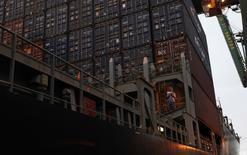 Un barco carguero en el terminal portuario de Santos en Brasil, sep 20, 2012. Brasil registró un superávit comercial de 4.578 millones de dólares en julio, su mejor desempeño para el mes en una década, informó el lunes el Ministerio de Industria, Comercio Exterior y Servicios.  REUTERS/Nacho Doce