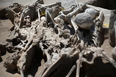 Esqueletos con sus muñecas atacas con grilletes de hierro yacen uno sobre otro en el antiguo cementerio de la necrópolis de Fáliro en Atenas, Grecia. 27 de julio, 2016. Según los arqueólogos, son las víctimas de una ejecución masiva. Pero quiénes eran, cómo llegaron allí y por qué parecen haber sido enterrados con algo de respeto, todo eso es un misterio. Imagen tomada el 27 de julio, 2016. REUTERS/Alkis Konstantinidis