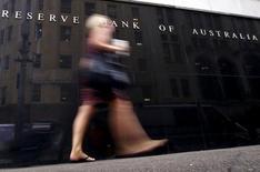 Женщина у здания Резервного банка Австралии в Сиднее. 1 марта 2016 года. Центробанк Австралии понизил ключевую ставку на четверть процентного пункта до исторического минимума в 1,5 процента во вторник, смягчив политику во второй раз в этом году, чтобы защитить экономику от угрозы дефляции и сдержать резкий рост национальной валюты. REUTERS/David Gray