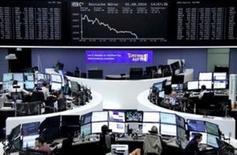 Las acciones europeas tocaban un mínimo de dos semanas el martes tras unos pobres resultados empresariales de algunas empresas como Metro o el fabricante de microchips Infineon y un nuevo día de caídas en el sector financiero. En la imagen, operadores en la Bolsa de Fráncfort, el 1 de agosto de 2016. REUTERS/Staff/Remote