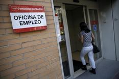 El paro registrado en España descendió en julio por quinto mes consecutivo, situándose en su cifra más baja desde agosto de 2009, según mostraron el martes los datos del Ministerio de Empleo. En esta imagen de archivo, una mujer entra en una oficina de empleo en Madrid, el 2 de octubre de 2015. REUTERS/Andrea Comas