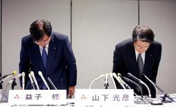 Mitsubishi Motors Corp's Chairman and CEO Osamu Masuko (L) and Head of Research and Development Mitsuhiko Yamashita bow their heads to apologize over the company's mileage scandal at a news conference in Tokyo, Japan, August 2, 2016. REUTERS/Kim Kyung-Hoon