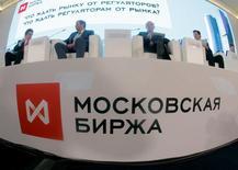 Участники форума Московской биржи. Общий объем торгов на рынках Московской биржи вырос на 12,3 процента по сравнению с июлем 2015 года и составил 65,7 триллиона рублей, говорится в сообщении биржи.  REUTERS/Maxim Shemetov