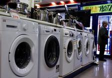 En la imagen de archivo, se ve a un hombre de pie junto a la sección de lavadoras de una tienda de electrodomésticos en Madrid. Los precios de producción de la zona euro crecieron más de lo esperado en junio por segundo mes consecutivo, impulsados por el alza de la energía, según las cifras publicadas el martes por la oficina estadística de la Unión Europea, Eurostat. 29 de enero de 2015. REUTERS/Sergio Pérez