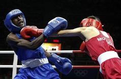Mongol Purevdori Serdamba em luta contra Ronald Serugo, de Uganda, nos Jogos de Pequim, em 2008.          REUTERS/Lee Jae-Won