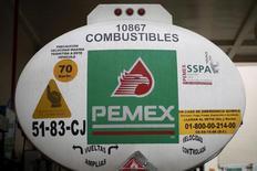 Un camión de Pemex en Ciudad de México, mar 3, 2016. Una Corte de Apelaciones de Estados Unidos ratificó el martes una decisión arbitral ganada por una unidad de la firma estadounidense de ingeniería KBR en una disputa con la petrolera estatal mexicana Pemex.   REUTERS/Edgard Garrido