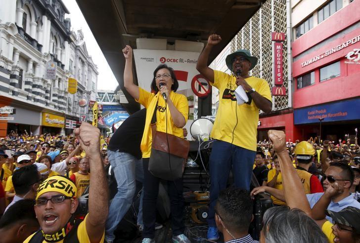 Pro-democracy group ''Bersih'' (Clean) chairwoman Maria Chin Abdullah (C) rallies supporters as they prepare to march towards Dataran Merdeka in Malaysia's capital city of Kuala Lumpur August 29, 2015.  REUTERS/Edgar Su