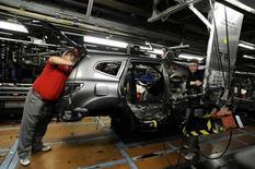 La economía de Reino Unido se contraerá este trimestre y tiene un 50 por ciento de probabilidades de sufrir una leve recesión antes de fines del próximo año debido a la votación de junio a favor de abandonar al Unión Europea, dijo el miércoles un grupo de expertos. En la imagen, técnicos de Nissan en la fábrica de Sunderland, en el Reino Unido el 9 de noviembre de 2011. REUTERS/Nigel Roddis/