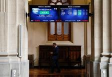 La banca española dio un respiro a la bolsa española el miércoles tras dos jornadas de fuerte castigo, aunque los operadores dijeron que la tónica subyacente seguía siendo pesimista ante los temores suscitados por las pruebas de estrés. En la imagen, paneles de cotización en la bolsa madrileña el 24 de junio de 2016. REUTERS/Andrea Comas