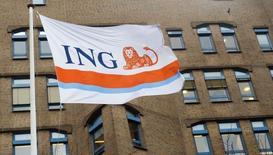 Флаг с логотипом ING Group NV на отделении компании в Амстердаме. Чистая прибыль ING, крупнейшей финансовой группы Нидерландов, выросла почти на 27 процентов во втором квартале благодаря сильному росту кредитования, превзойдя ожидания аналитиков.   REUTERS/Toussaint Kluiters/United Photos
